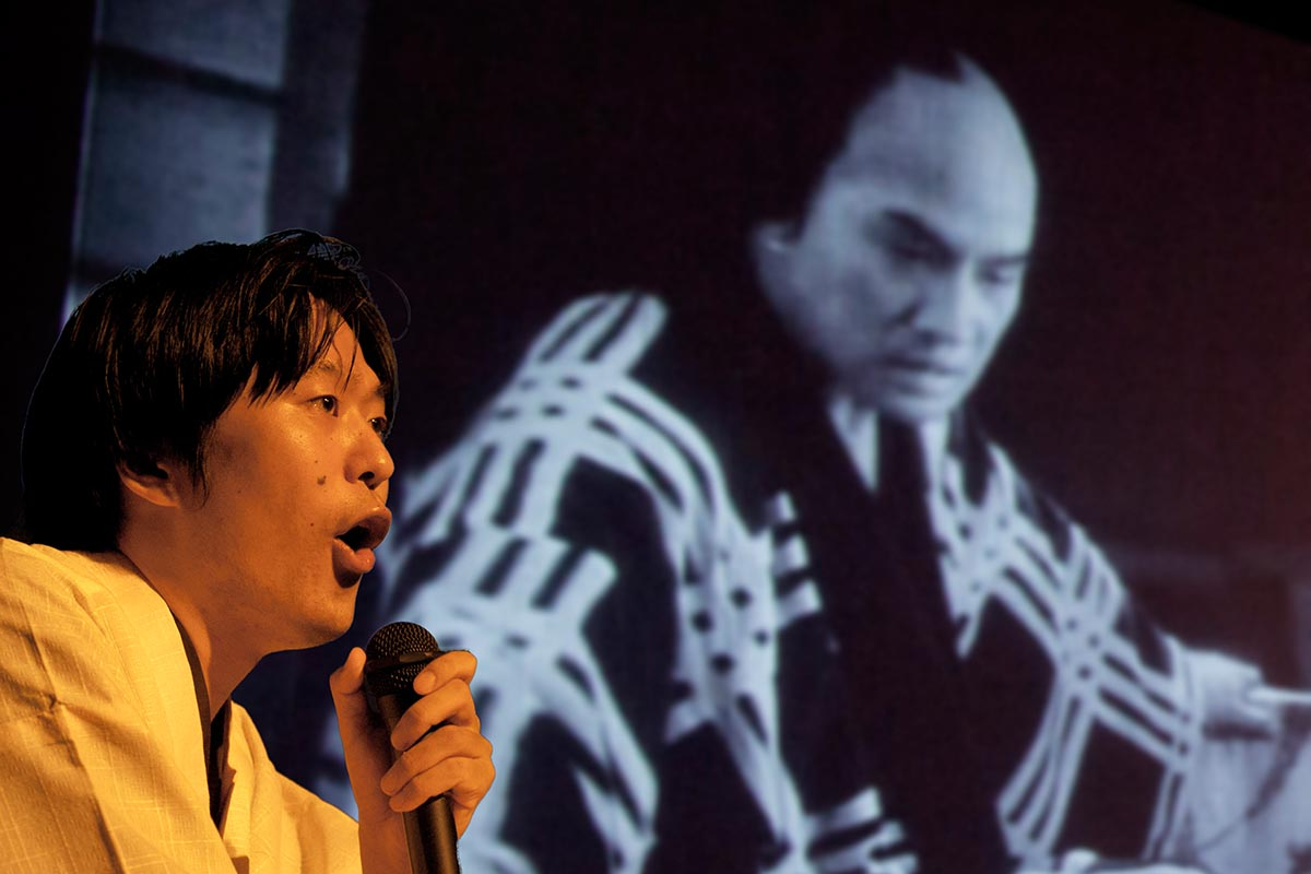 Ichiro Kataoka bei der Vorführung eines Stummfilms